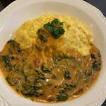 パスタ&オムライスカフェ KoBoo - 料理写真:ベーコンとホーレン草のオムライスのランチ890円。 選べるソースはトマトクリームにしました。