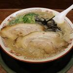 博多とんこつ 天神旗 - 若醤油とんこつ(750円、斜め上から)