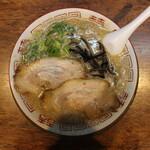 博多とんこつ 天神旗 - 若醤油とんこつ(750円、真上から)