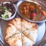 スルエシー - 料理写真:今月限定カレー(旬の野菜と海老のカレー) チーズナンに変更
