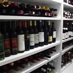 ヴァンチャット - ワインセラーには常時300種類以上のワインが眠っております