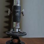 マダ名モナイ、オニギリ屋 - おにぎり店舗の中で売られてる骨董品の中より 顕微鏡
