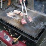 昭和記念公園 バーベキューガーデン - モクモクと煙を上げて焼き上げる