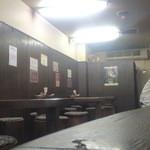 中華そば 極み - ダークウッドで統一された店内は少々暗い