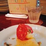 マルル エ ウルル 2 - 桃の前菜。赤いのはサラミ。