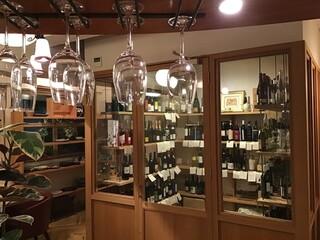モトマチ ティモ - 左から国産、中央はイタリア、右は他国のワイン。