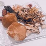 135206818 - 12種類の茸と薬膳生薬