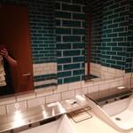鉄板焼き 七里ガ浜 - タイルばりのトイレ
