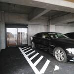 鉄板焼き 七里ガ浜 - 駐車場からエレベーターの入り口