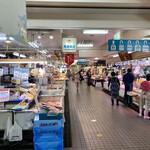 勢登鮨 - 活気のある市場