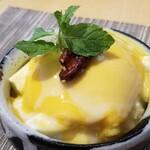 Chuugokusaishinka - ⑪杏仁マンゴープリン入り中国かき氷、胡桃の飴焼き載せ             かき氷は少なめで、マンゴープリンのボリュームはたっぷり。             つい夢中になってしまいました。(^_^;)