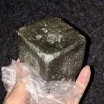パンの店 ガッタン・ゴットン - 料理写真:竹炭とくるみのパン(クリームチーズ)210円