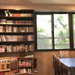 キッチン放蕩 - 本もたくさん。綺麗に並んでいます。