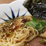 浅草名代らーめん 与ろゐ屋 - 麺とスープの表情。