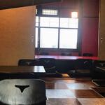 豆富と京会席 旬彩 旨魯 - 奥は赤い壁紙に赤いテーブルのお部屋