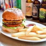 BEER PUB CAMDEN - チーズバーガー@950円:ランチタイムは、フライドポテト or サラダを選べます