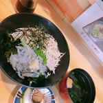 海ひこ - 生しらすと茹でしらすの丼 漬物、汁物も付く
