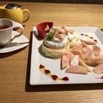 135253197 - フレッシュ白桃のサマーパンケーキとダージリンティー