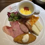 135256087 - イタリアン料理店「イル・キャンティ」の料理                       スクランブルエッグ・ハム(モルタデッラ)・ソーセージ・ベーコン・白身フライ・カマンベールチーズ・キャロットラペ