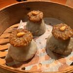 135269597 - ✔︎ 点心                         ・もち米焼売                         小麦粉の皮で味付きのお皮を包んだ焼売。                         もっちりとした食感。