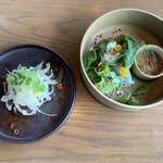 135279188 - 藁焼き鰹レッドナムジムソース、ハーブと野菜の生春巻き茄子レリッシュ