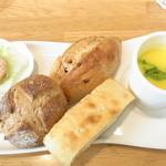13528365 - 前菜とパンのプレート