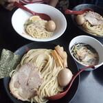 三田製麺所 - 手前・大盛り太麺、左奥・小盛り細麺、右奥・中盛り太麺
