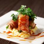ガンボ&オイスターバー - 牡蠣とグリーンアスパラの肉巻き 黒胡椒風味