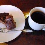 サブローソ - ランチに付属のドリンク(ホットコーヒー)とデザート(チョコレートケーキ)