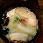 濃厚とんこつ醤油 鶴亀家 - 海苔が風味豊かで旨かった。