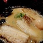 濃厚とんこつ醤油 鶴亀家 - 肉厚のチャーシューが3枚