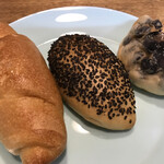 パンド坊 - 金泉塩パン、山椒パン、黒豆パン(半分)