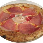アドピッツア - ビスマルク ¥880 パルマ産生ハム、トマトソース、モッツァレラチーズ、半熟卵
