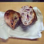 135317993 - クランベリーと木の実のパン 270円