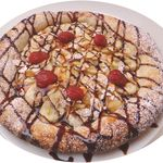 アドピッツア - フルーツ ¥680 バナナ等のフルーツ、粉糖、チョコレートソースのデザートピッツァ