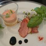 135320438 - 前菜。グラスの中は、冷たいスープ。