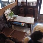 135321280 - 『ゼー六』はアイスモナカで有名なお店で、店先でテイクアウトを                       する人も多いよ。行列が出来ることも、、、店内は4人テーブルが3卓のこぢんまりとした喫茶スペースになっています。ちびつぬ「レトロな空間ね~」