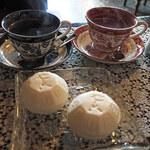 135321285 - こちらの喫茶メニューはとてもシンプルなんだよ。名物のアイスモナカ、アイスクリーム、珈琲、紅茶の単品かセットだけ。ボキらはアイスモナカ1個+珈琲or紅茶セットを注文。ちびつぬ「セットで390円なのよ~」