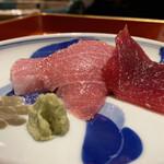 135340377 - 青森県大間の本鮪 延縄漁で採られた137kg                       塩を振っただけの赤身・中トロ・大トロを静岡県御殿場の田代さんの山葵でいただきます