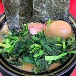 家系ラーメン王道 いしい - 料理写真:醤油豚骨ラーメン 味玉、青菜トッピング