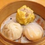 中国料理 琥珀 - 三種蒸し点心盛り合わせ  焼売、海老蒸し餃子、小籠包