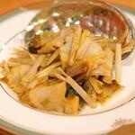 中国料理 琥珀 - アワビと黄ニラの塩炒め