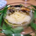 やまぐち - 炭で焼いた鮎、そして肝の苦みがアクセント。透明なトマトソースのカッペリーニ。