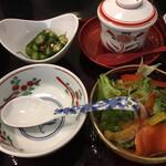 日本料理 華厳 - 小鉢類(オクラ、枝豆、細削昆布)(サーモン、サラダ)
