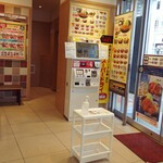 松乃家 - 店内の様子。入口に券売機があります。