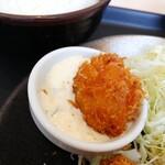 松乃家 - ホタテフライにタルタルソースをつけて食べます。