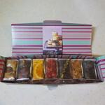 135371164 - オリジナルアソート7個入:マロン、チョコレート、オレンジ、バニラフレーズ、ピスタチオショコラ、キャラメルフィグ、抹茶(包装)