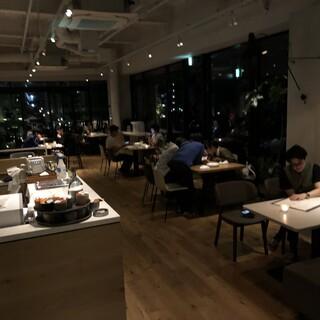 ディナーは照明暗めで良い雰囲気♪