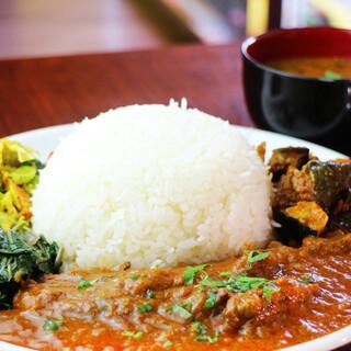 """ネパールの定食""""ダルバード""""はスープをかけて味変も可能♪"""