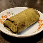 135414015 - 腸詰と干し海老のおこわ 蓮の葉包み